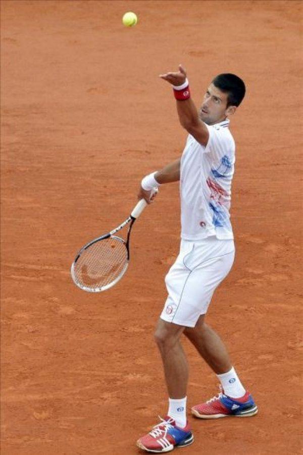 El tenista serbio Novak Djokovic sirve sobre el italiano Andreas Seppi durante su partido de segunda ronda del Torneo masculino de Montecarlo en Roquebrune Cap Martin, Francia. EFE