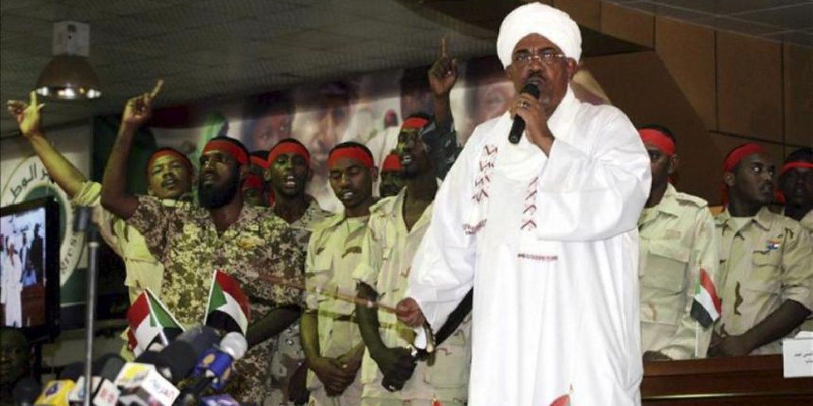 El presidente sudanés, Omar Hasán al Bashir, comparece durante un acto en apoyo al ejército sudanés, en Jartúm, Sudán. EFE
