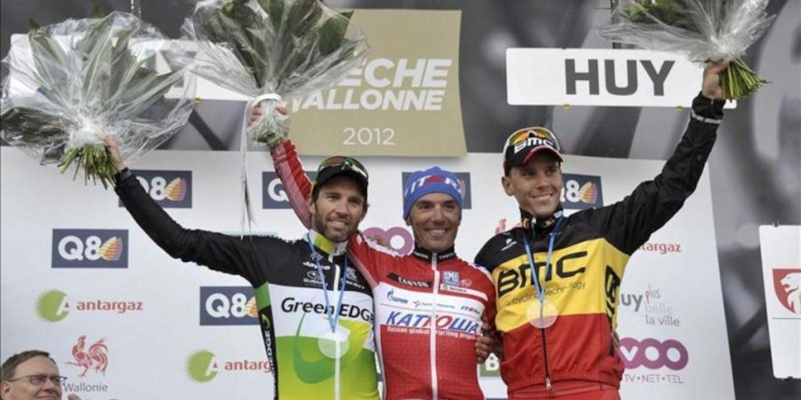 """Joaquim """"Purito"""" Rodríguez (c) celebra su victoria en la Flecha Valona, junto al suizo Michael Albasini (segundo) (i) y el belga Philippe Gilbert (tercero) (d) en Huy, Bélgica. EFE"""