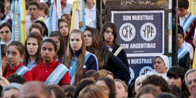 Un grupo de personas asiste a una misa junto a afiches que hacen referencia a la nacionalización de la petrolera YPF en la Plaza de Mayo de Buenos Aires (Argentina). EFE