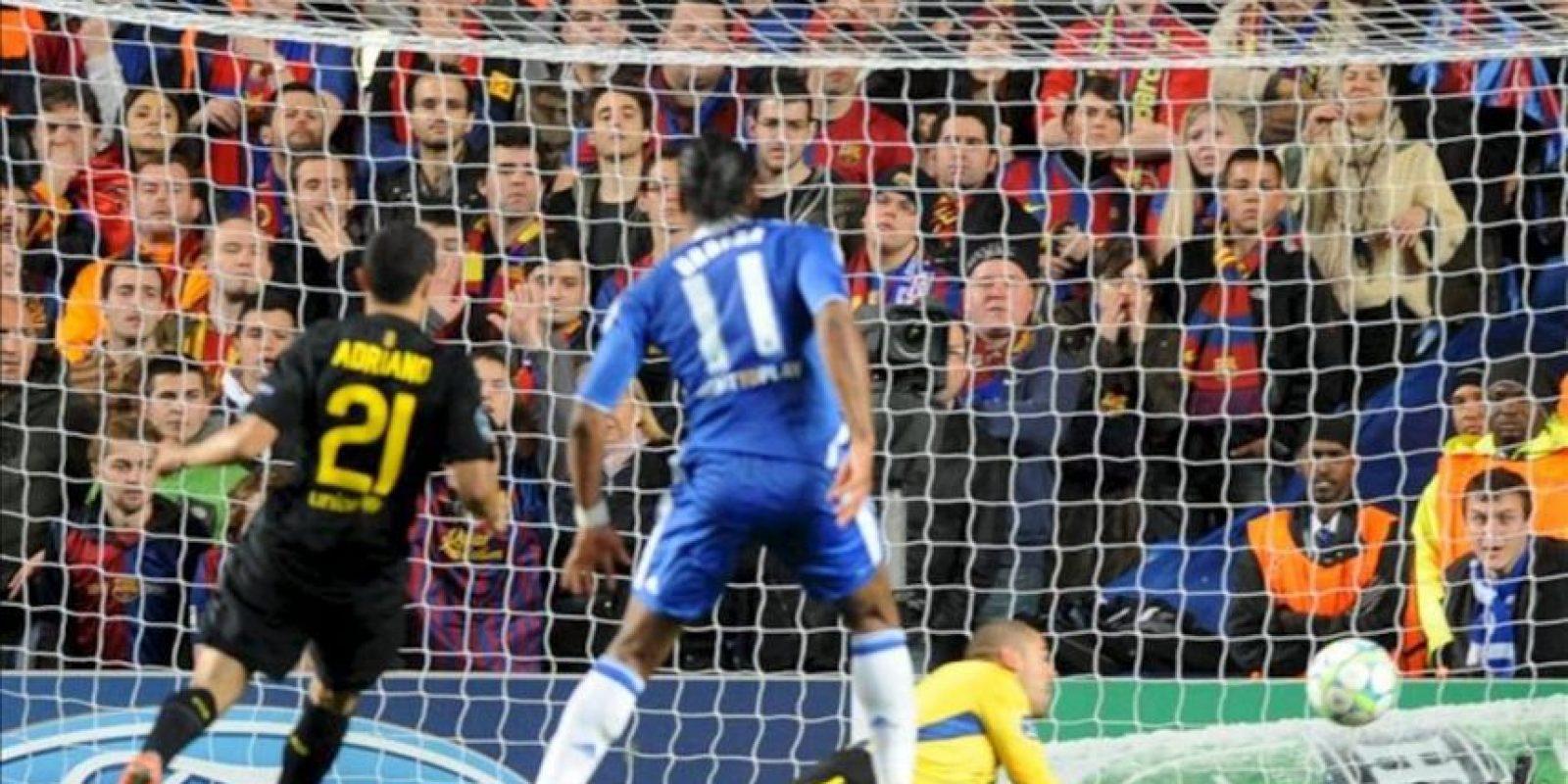 El jugador del Chelsea, Didier Drogba (c), anota ante el arquero del Barcelona Victor Valdés y el jugador Adriano (i), en el juego de ida de la semifinal de la Liga de Campeones, que se disputa en el Stamford Bridge de Londres (Reino Unido). EFE