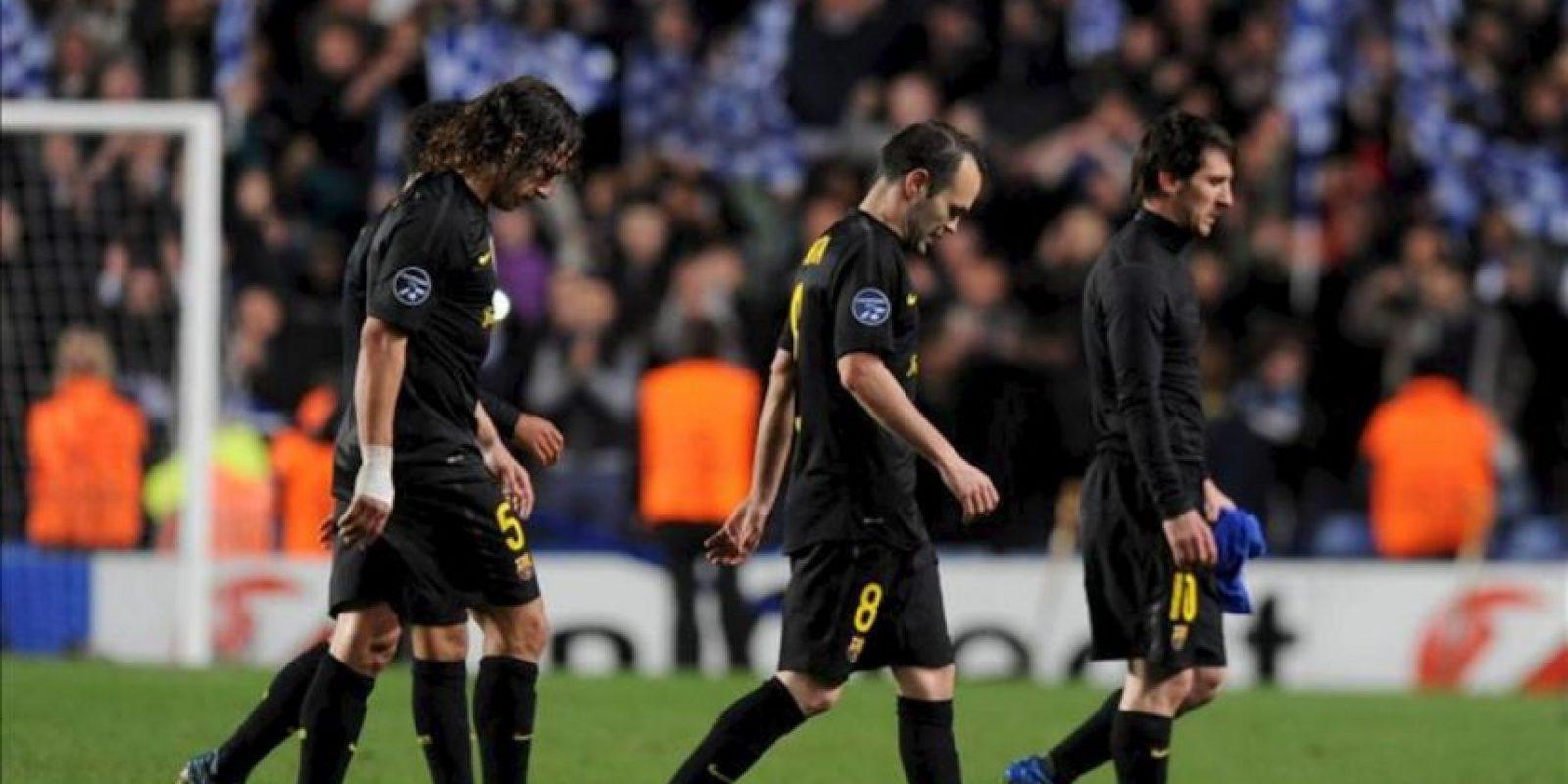 Los jugadores del Barcelona, Lionel Messi (d), Andres Iniesta (c) y Carles Puyol (i) al finalizar el partido de ida de la semifinal de la Liga de Campeones ante el Chelsea. EFE