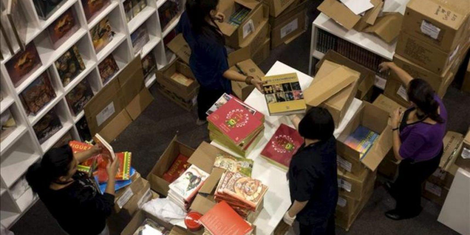 Varios empleados organizan los libros en un puesto de venta dentro de uno de los pabellones donde se lleva a cabo la Feria Internacional del Libro de Bogotá (Filbo 2012) en Bogotá (Colombia). EFE