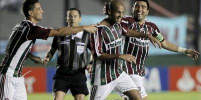Los jugadores de Fluminense, Thiago Neves (i), Carlinhos (c) y Deco (d), celebran una anotación ante Arsenal durante el juego de la Copa Libertadores que se disputa el el estadio Julio Humberto Grondona, en Avellaneda (Argentina). EFE