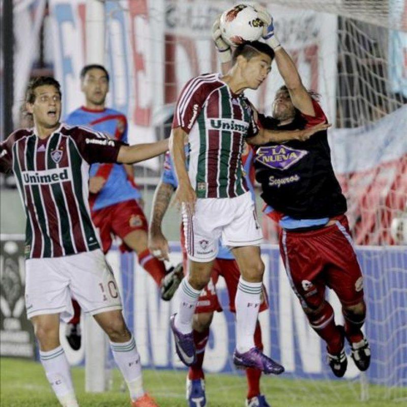 El jugador de Fluminense, Digao (c), cabecea el balón ante la marca de Diego Torres (d) de Arsenal durante el juego de la Copa Libertadores que se disputa el el estadio Julio Humberto Grondona, en Avellaneda (Argentina). EFE