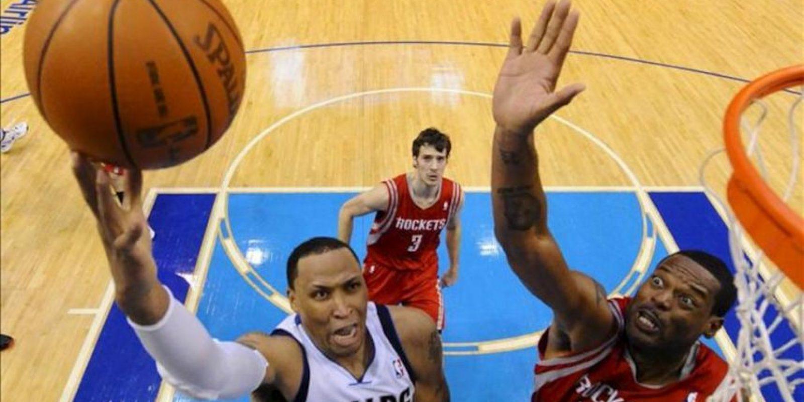 El jugador de los Rockets de Houston Marcus Camby (d) trata de bloquear a Shawn Marion (i) de los Mavericks de Dallas durante el juego de la NBA que se disputó en el American Airlines Center de Dallas, Texas (EEUU). EFE