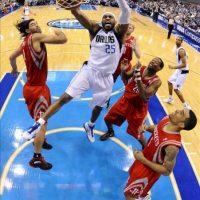 El jugador de los Mavericks de Dallas Vince Carter (C) encesta ante los Rockets de Houston durante el juego de la NBA que se disputó en el American Airlines Center de Dallas, Texas (EEUU). EFE