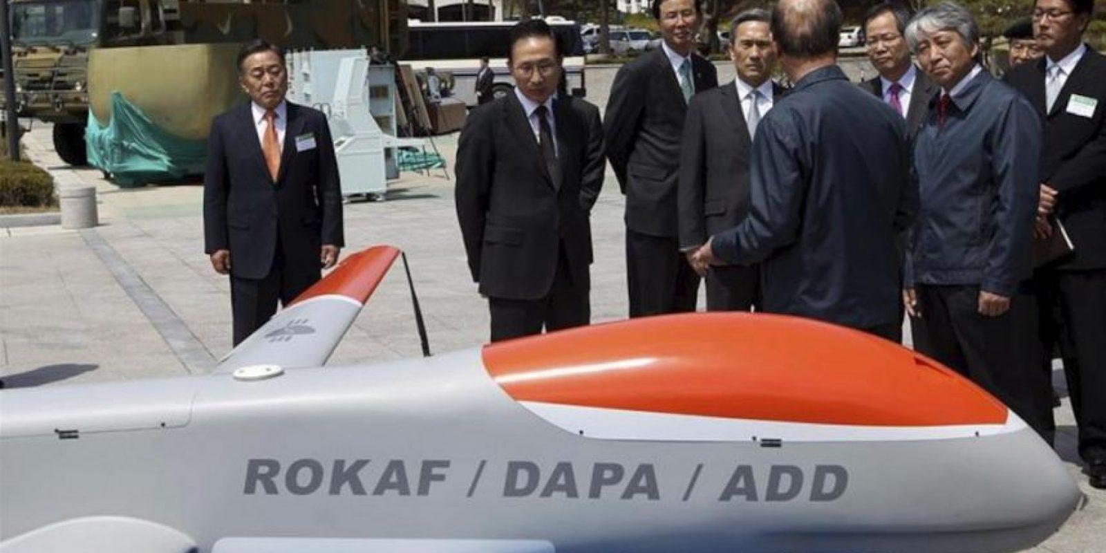 El presidente surcoreano, Lee Myung-bak (2i), observa piezas de armamento y control de seguridad de última generación durante su visita a la Agencia de Desarrollo en materia de Defensa en Daejeon, 164 kilómetros al sur de Seúl, Corea del Sur, hoy, jueves 19 de abril de 2012. EFE