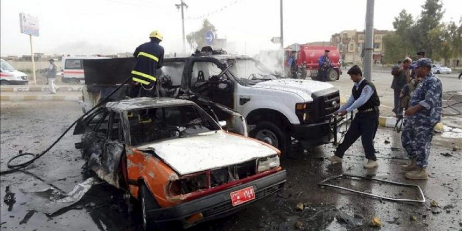 Bomberos iraquíes trabajan en el lugar de una explosión en Kirkuk, en el norte de Irak, donde estallaron dos coches bomba en el centro de la ciudad al paso de unas patrullas policiales. EFE