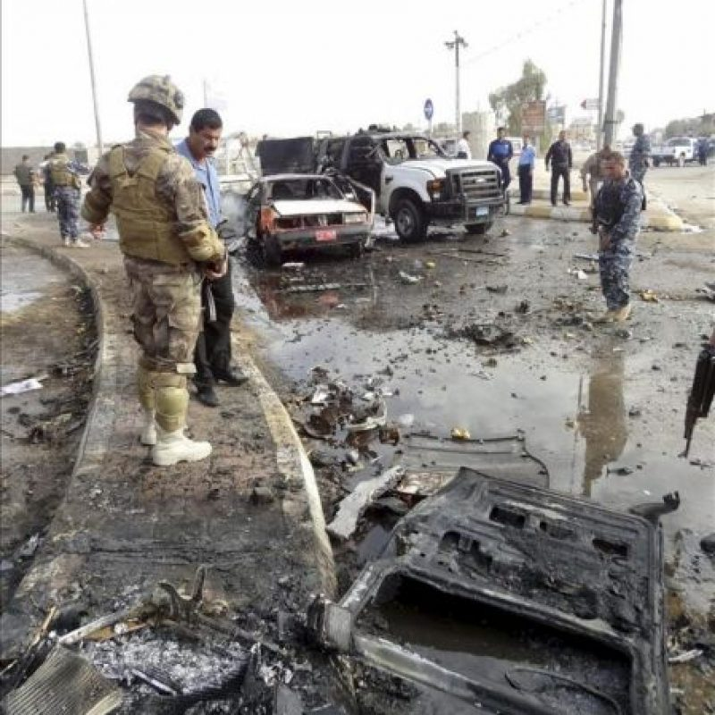 La policía trabaja en el lugar de una explosión en Kirkuk, en el norte de Irak, donde estallaron dos coches bomba en el centro de la ciudad al paso de unas patrullas policiales. EFE