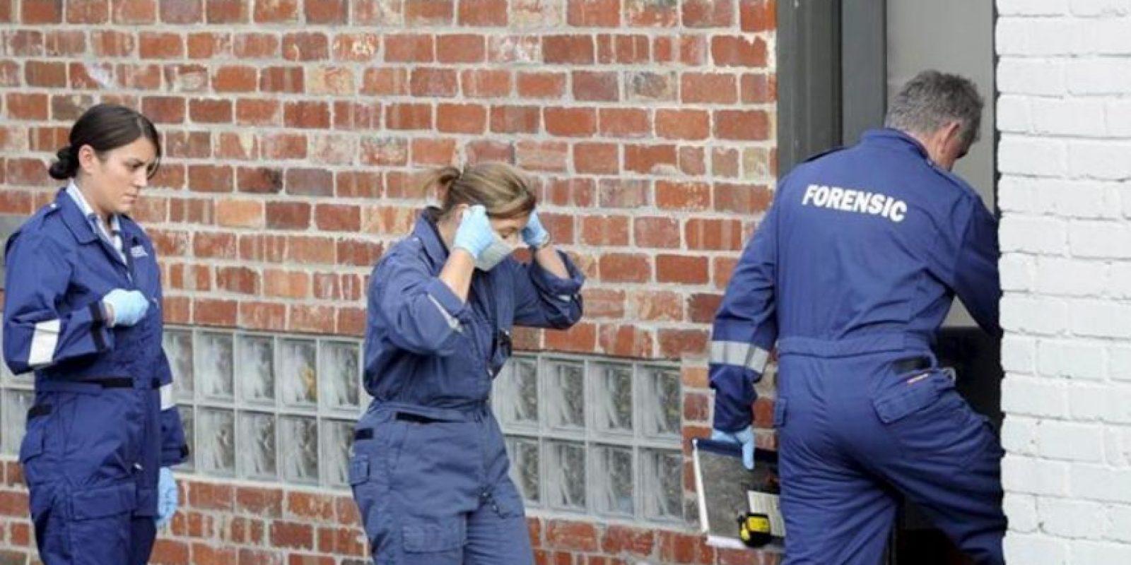 Miembros de la policía forense llegan a una casa de un suburbio de Melbourne (Australia), donde hoy, 19 de abril de 2012, fue hallado muerto, por un grupo de amigos, el músico Greg Ham, de la banda de rock australiana Men At Work, a la edad de 58 años. EFE