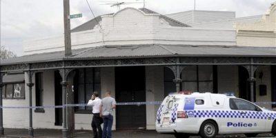 Personal de la policía llega a una casa de un suburbio de Melbourne (Australia), donde hoy, 19 de abril de 2012, fue hallado muerto, por un grupo de amigos, el músico Greg Ham, de la banda de rock australiana Men At Work, a la edad de 58 años. EFE
