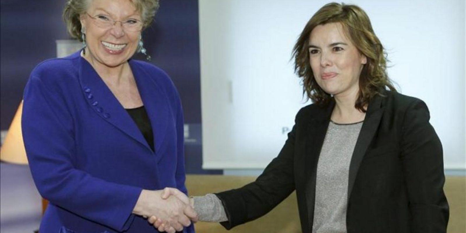 La vicepresidenta de la Comisión Europea, Viviane Reding (i), saluda a la vicepresidenta del Gobierno, Soraya Sánez de Santamaría, durante el encuentro que han mantenido este mediodía en el Palacio de La Moncloa. EFE