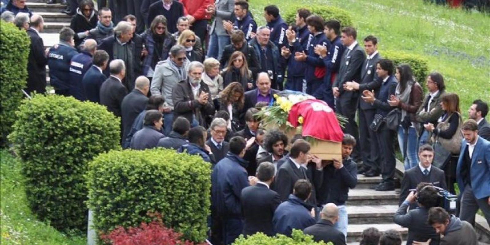 Familiares, seguidores, personalidades del mundo del fútbol italiano y vecinos le dan el último adiós al centrocampista del Livorno Piermario Morosini, de 25 años, fallecido el pasado sábado mientras disputaba un partido de fútbol contra el Pescara, de la segunda división, durante su funeral hoy en Bérgamo, Italia. EFE