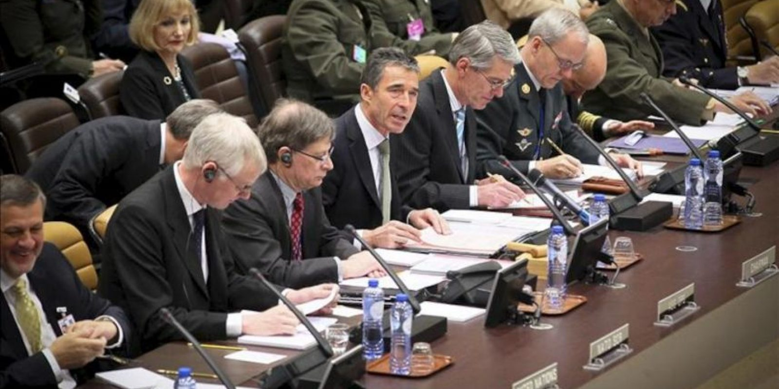 El secretario general de la OTAN, Anders Fogh Rasmussen (c), durante una reunión con los ministros de Exteriores de la organización y el jefe de la diplomacia rusa, Sergéi Lavrov, en la sede de la alianza en Bruselas, Bélgica, hoy, jueves 19 de abril de 2012. EFE