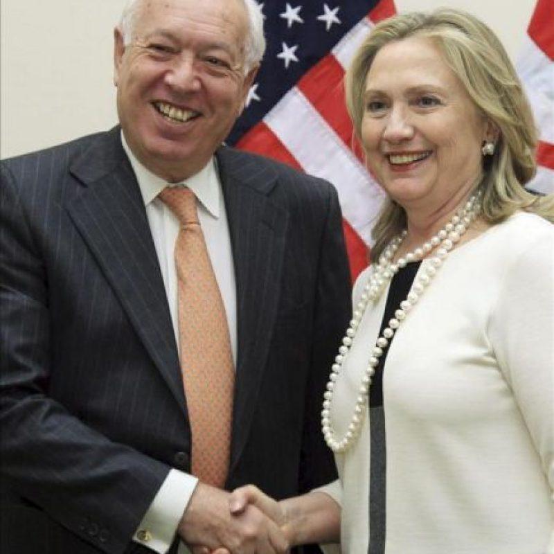 El ministro español de Asuntos Exteriores, José Manuel García-Margallo (i), estrecha la mano de la secretaria de Estado estadounidense, Hillary Clinton, en el Cuartel General de la OTAN en Bruselas. EFE
