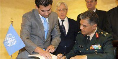 El subconsejero militar en el departamento de Operaciones de Paz de la ONU, el general Abhijit Guha (d), firma un acuerdo sobre los términos del Protocolo que regirá la misión de los cascos azules que supervisarán el alto el fuego en Siria, en Damasco (Siria). EFE