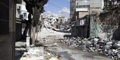 Imagen distribuida por los Comités de Coordinación Local (CCL) en Siria que muestra un edificio completamente destruido en un barrio de Homs (Siria). EFE