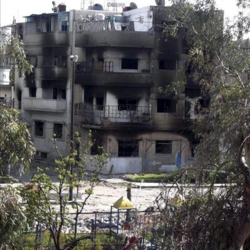 Imagen distribuida por los Comités de Coordinación Local (CCL) en Siria que muestra el estado de un edificio tras sufrir un incendio en un barrio de Homs (Siria). EFE