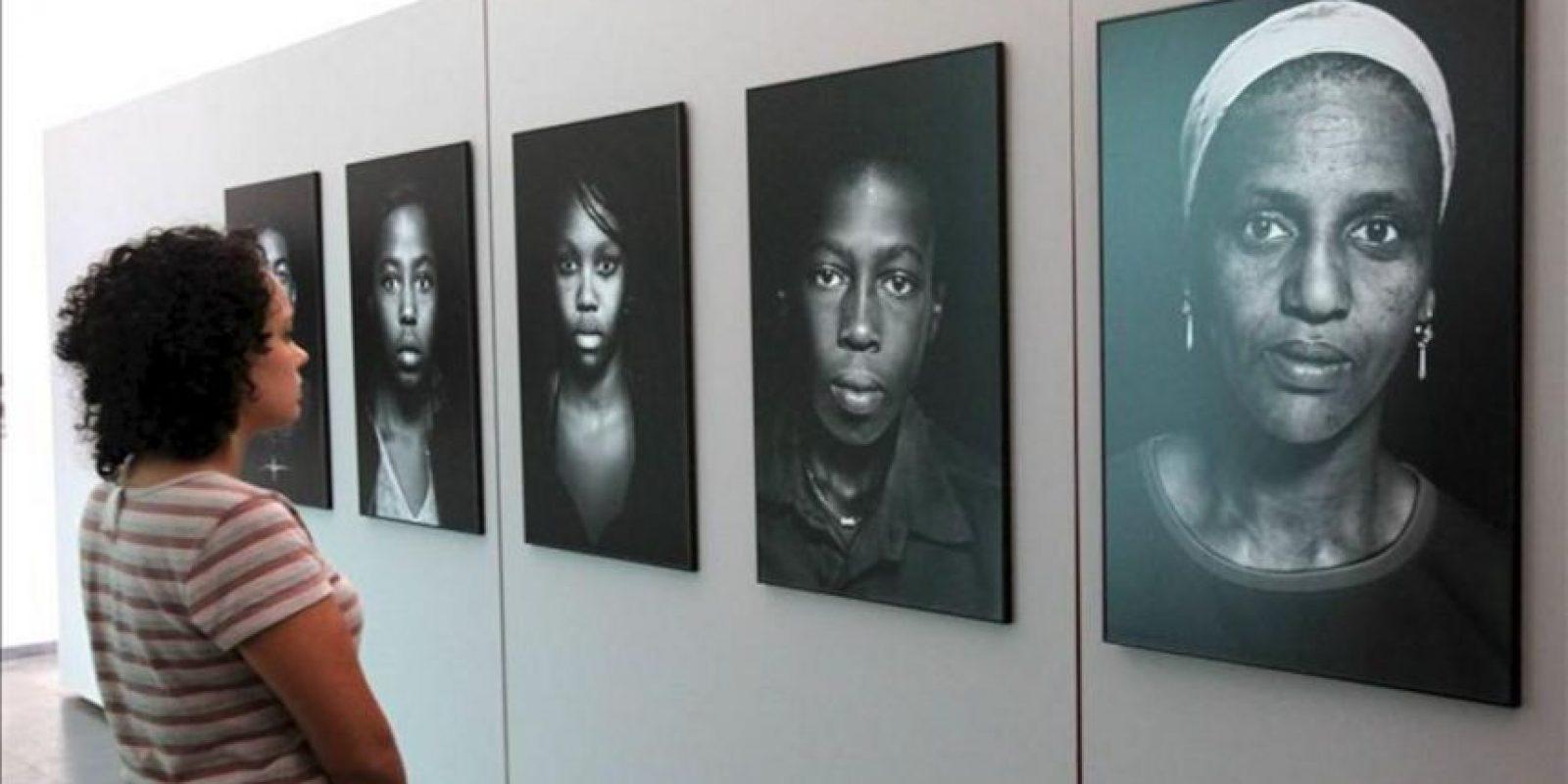 """Una mujer observa varias fotografías de la exposición """"Peso y levedad. Fotografía latinoamericana entre el humanismo y la violencia"""" en el Instituto Cervantes de Río de Janeiro (Brasil). EFE"""