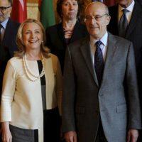 """La secretaria de Estado estadounidense, Hillary Clinton, posa para la foto de familia junto al ministro de Exteriores francés, Alain Juppé, tras la reunión del llamado """"Grupo de amigos del pueblo sirio"""", celebrada en París (Francia). EFE"""