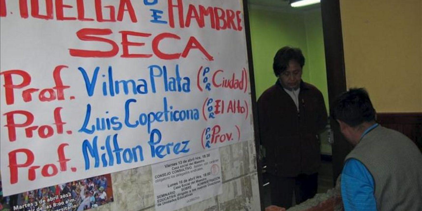 Imagen de la dirigente del magisterio de la Paz Wilma Plata (d) y otros dirigentes del sindicato de maestros el pasado 16 de abril de 2012, en su sede sindical. EFE