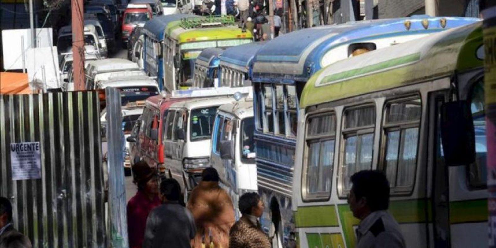 Decenas de conductores afiliados a la Central Única de Transporte Urbano de La Paz bloquean con sus vehículos los accesos al edificio de la alcaldía de esa ciudad de Bolivia, en rechazo a una ley aprobada por el alcalde, Luis Revilla, para reordenar el tráfico vehicular. EFE