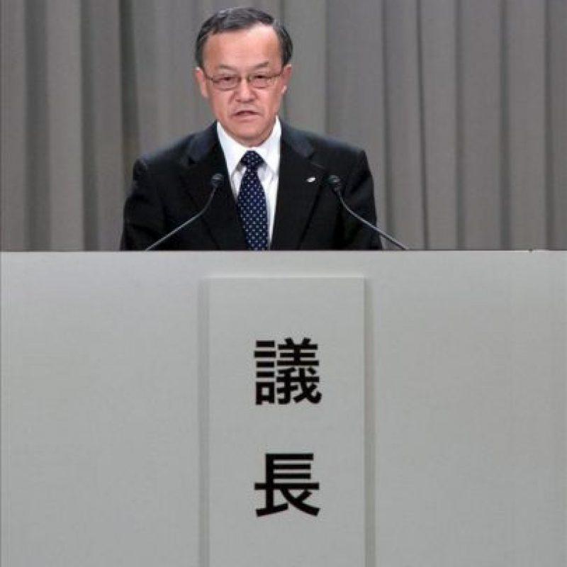 Fotografía cedida por Olympus Corp. del presidente saliente de la compañía, Shuichi Takayama, hablando durante la reunión extraordinaria de accionistas hoy, viernes 20 de abril de 2012, en Tokio (Japón). EFE