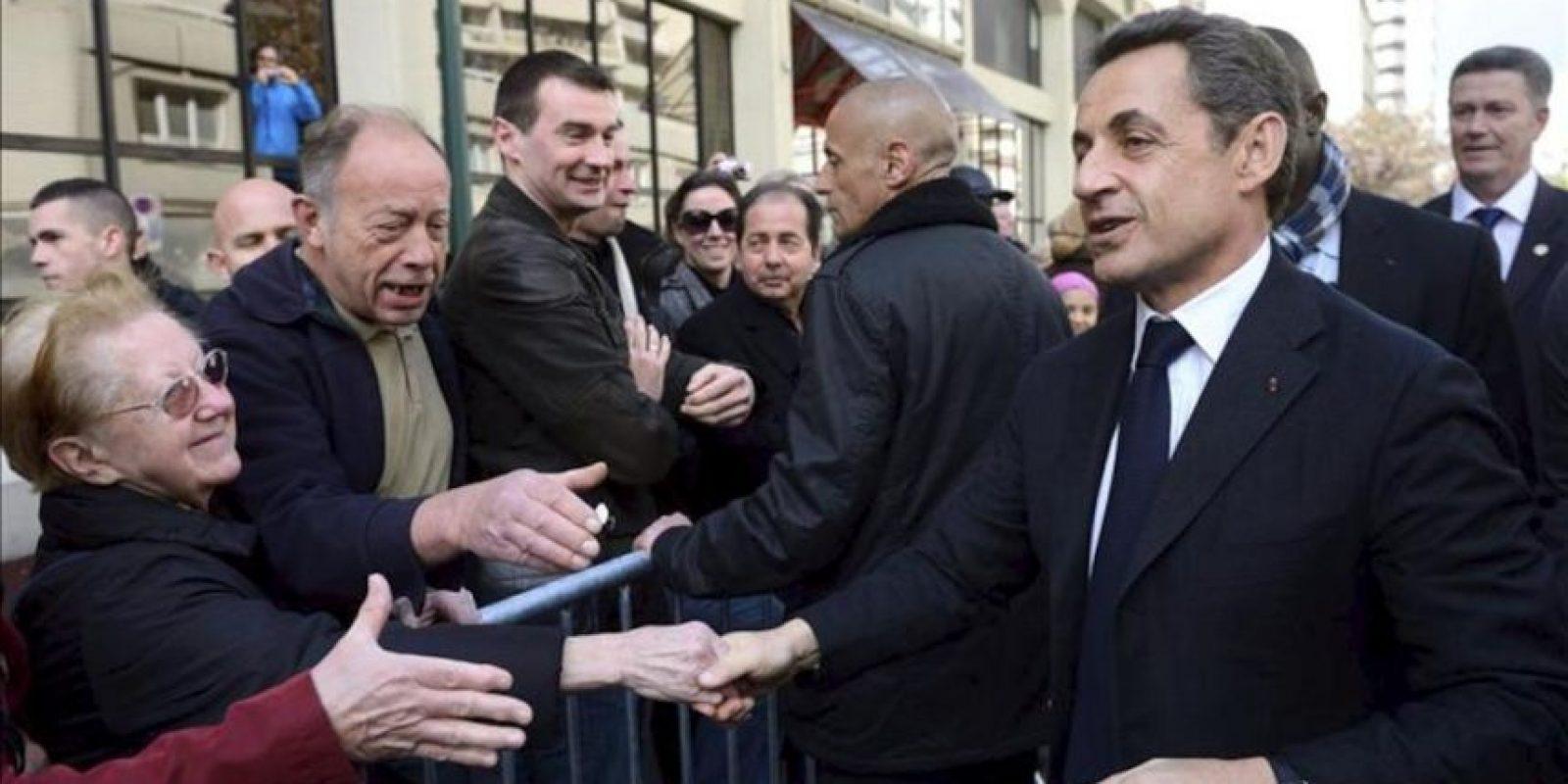 El presidente francés Nicolás Sarkozy saluda a un grupo de simpatizantes durante su visita a Saint Maurice, cerca de París, Francia, ayer jueves 19 de abril. EFE