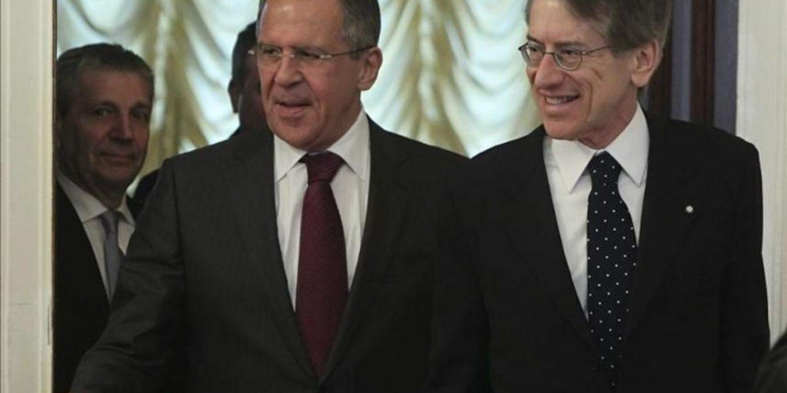 El ministro ruso de Exteriores, Sergei Lavrov (izda), recibe a su homólogo italiano Guilio Terzi (dcha) durante una reunión de ministros rusos e italianos de Exteriores y Defensa en Moscú (Rusia) hoy, viernes, 20 de abril de 2012. EFE
