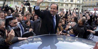 El candidato socialista a la presidencia de Francia, Francois Hollande (c), saluda tras participar en un acto electoral celebrado en Amiens, Francia, el pasado miércoles 18 de abril. EFE