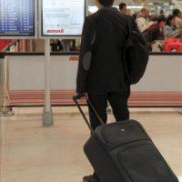 Un pasajero consulta un panel de vuelos en una nueva jornada de huelga de los pilotos del sindicato Sepla de Iberia en el aeropuerto de Madrid-Barajas. Iberia ha cancelado hoy, 20 de abril de 2012, 120 vuelos programados para este día, entre ellos seis entre Madrid y ciudades latinoamericanas, en la cuarta jornada de los paros convocados por el sindicato de pilotos para protestar por la creación de la filial de bajo coste Iberia Express. EFE
