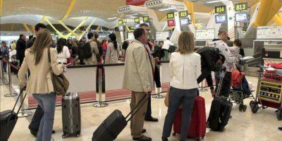 Pasajeros afectados por la nueva jornada de huelga de los pilotos del sindicato Sepla de Iberia hacen cola, hoy 20 de abril de 2012, en el mostrador de la compañía en el aeropuerto de Madrid-Barajas. Iberia ha cancelado 120 vuelos programados para este día, entre ellos seis entre Madrid y ciudades latinoamericanas. EFE