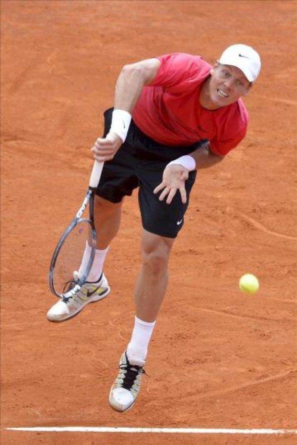 El tenista checo Tomas Berdych devuelve la bola al británico Andy Murray durante un partido de cuartos de final del torneo Masters 1.000 de Montecarlo disputado hoy en Roquebrune Cap Martin (Francia). EFE