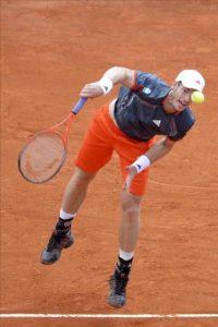 El tenista británico Andy Murray saca la bola ante el checo Tomas Berdych durante un partido de cuartos de final del torneo Masters 1.000 de Montecarlo disputado hoy en Roquebrune Cap Martin (Francia). EFE