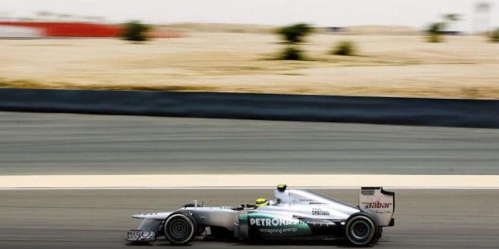 El piloto alemán de Fórmula Uno Nico Rosberg, de Mercedes AMG, conduce su monoplaza durante la primera sesión de entrenamientos libres para el Gran Premio de Baréin de Fórmula Uno en el circuito Sakhir. El Gran Premio de Baréin de Fórmula Uno se disputa el domingo 22 de abril. EFE