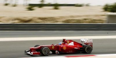 El piloto español de Fórmula Uno Fernando Alonso, de Ferrari, conduce su monoplaza durante la primera sesión de entrenamientos libres para el Gran Premio de Baréin de Fórmula Uno en el circuito Sakhir. El Gran Premio de Baréin de Fórmula Uno se disputa el domingo 22 de abril. EFE
