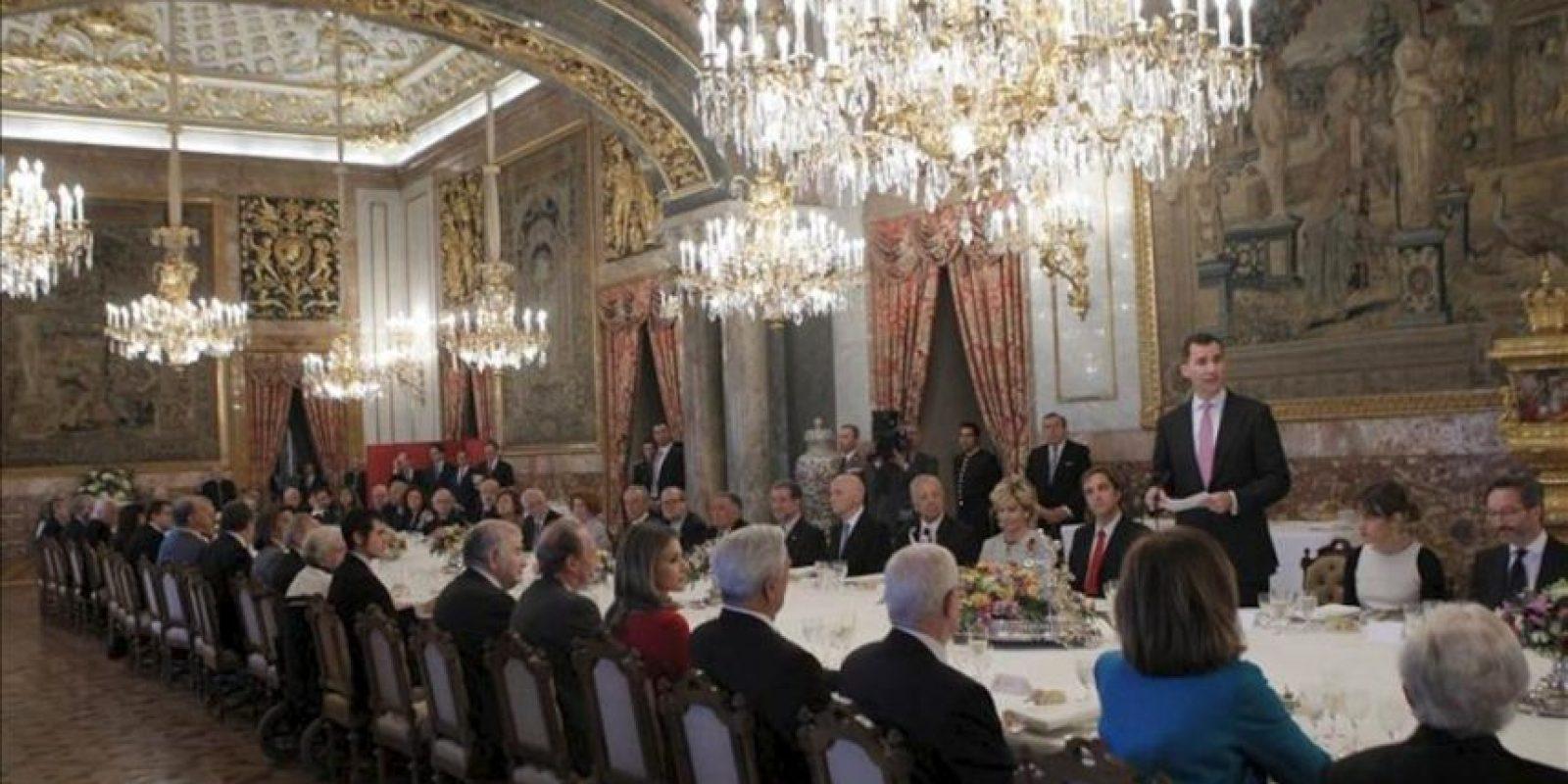 Discurso del Príncipe Felipe durante el almuerzo que ha ofrecido hoy, acompañado de su esposa, la Princesa doña Letizia, en el Palacio Real, a una representación del mundo de las letras, con ocasión de la entrega del Premio Cervantes 2011. EFE/Juanjo Martín