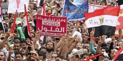 Miles de egipcios se manifiestan en la cairota plaza de Tahrir para protestar contra la Junta Militar y pedir la exclusión política de exmiembros del anterior régimen, hoy, viernes 20 de abril de 2012. EFE