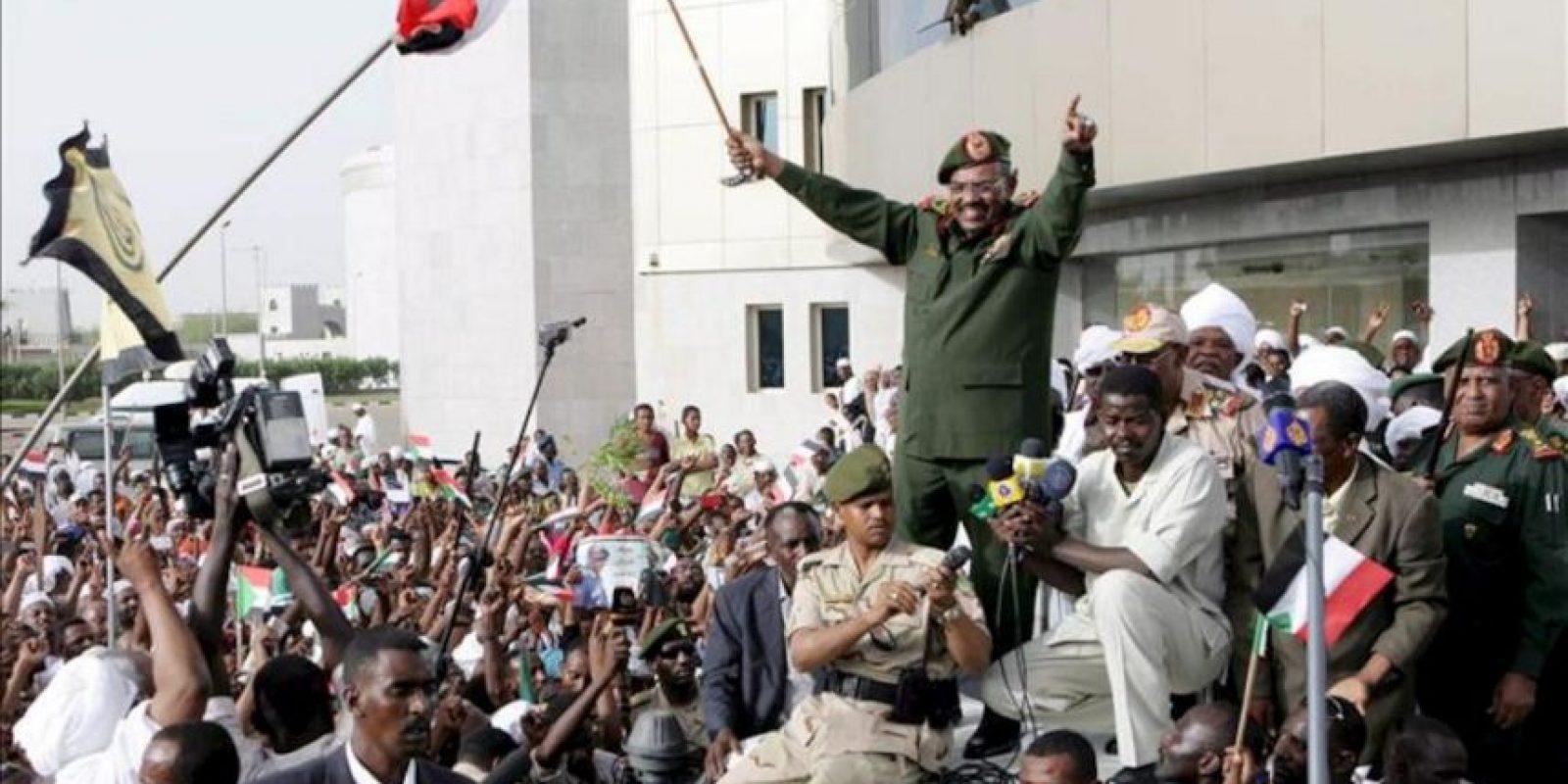 El presidente sudanés, Omar Hasan al Bashir saluda a sus seguidores para celebrar la liberación de la zona de Heglig en un acto de Jartum. EFE