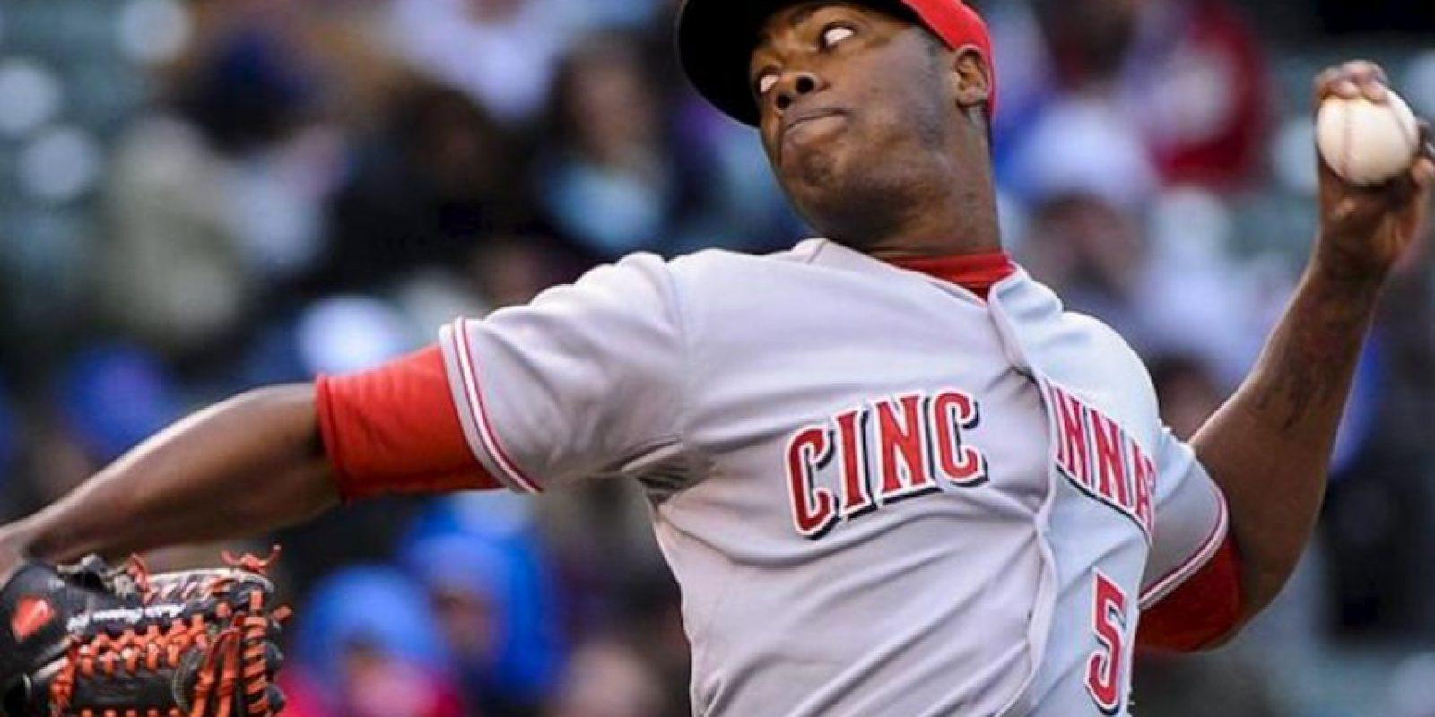 El jugador de los Rojos, Aroldis Chapman, lanza una bola ante los Cubs durante el juego de la MLB que se disputa en el Wrigley Field de Chicago, Illinois (EE.UU.). EFE