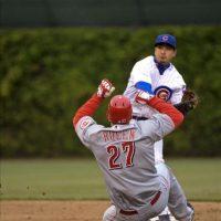 El jugador de los Cubs, Darwin Barney (atrás), fuerza a un out a Scott Rolen de los Rojos durante el juego de la MLB que se disputa en el Wrigley Field de Chicago, Illinois (EEUU). EFE