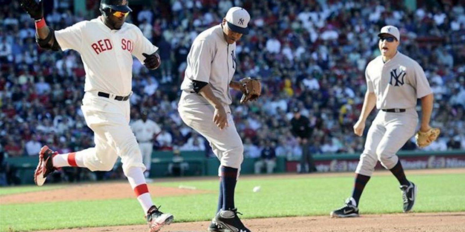 El jugador de los Medias Rojas de Boston David Ortiz (i) durante un juego de la MLB ante Ivan Nova (c) de los Yanquis de Nueva York, en el Fenway Park en Boston, Massachusetts. EFE
