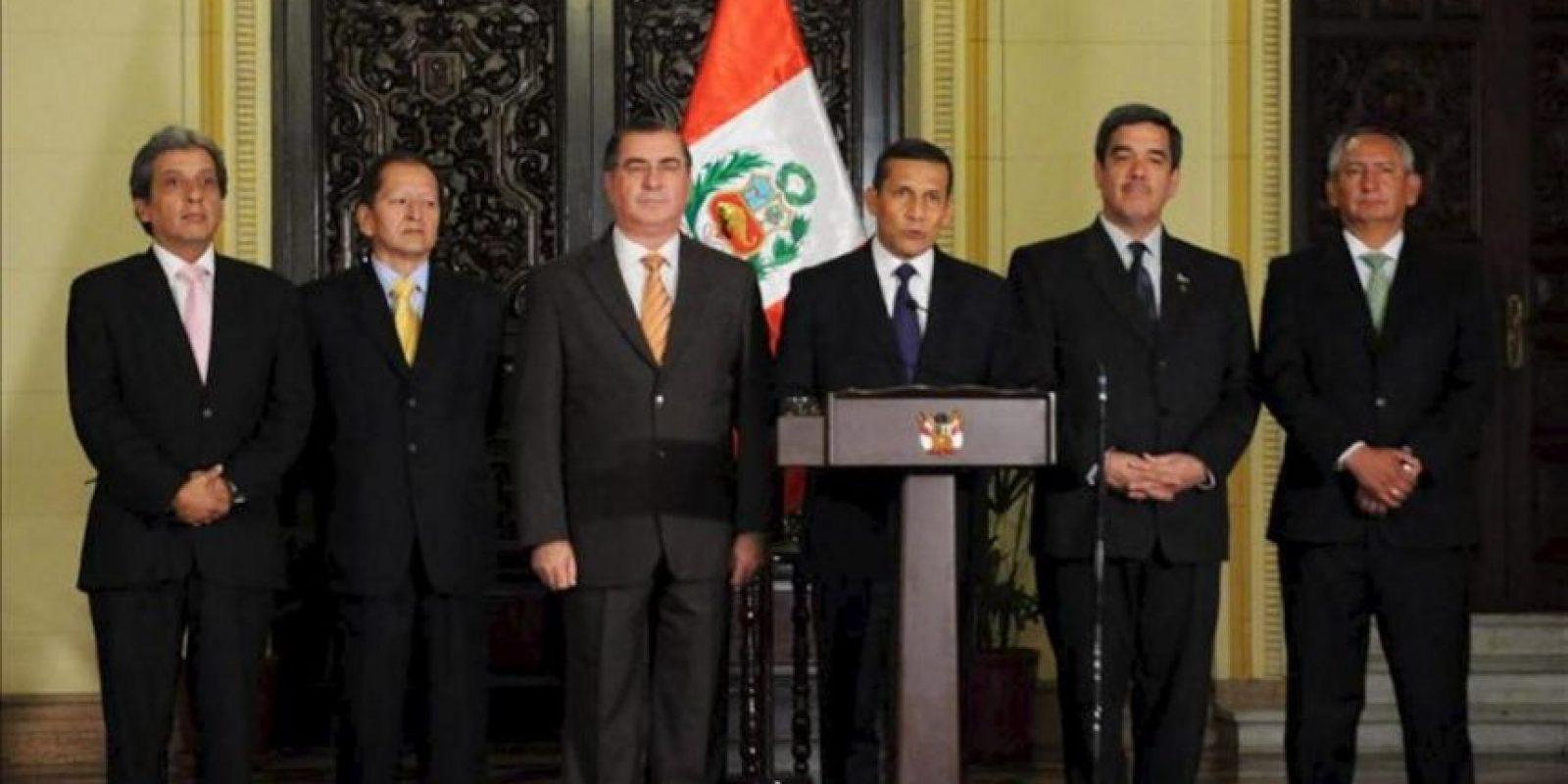 Fotografía cedida por Presidencia del mandatario de Perú, Ollanta Humala, anunciando junto a un grupo de sus ministros en un discurso televisado en Lima, las condiciones que la empresa Yanacocha debe cumplir para llevar adelante el proyecto minero Conga. EFE