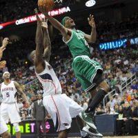El defensor de Boston Celtics, Marquis Daniels (d), salta para encestar sobre el atacante de Atlanta Hawks, Iván Johnson, durante un juego de la NBA en Philips Arena en Atlanta (EE.UU.). EFE