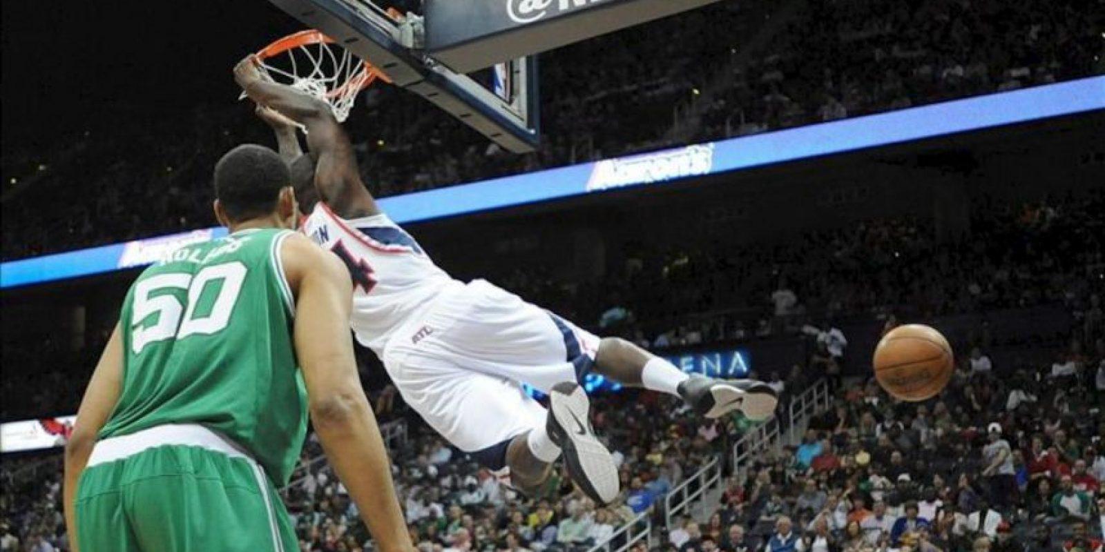 El atacante de los Atlanta Hawks, Iván Johnson (d), encesta sobre el atacante de Boston Celtics, Ryan Hollins, durante un juego de la NBA en Philips Arena en Atlanta (EE.UU.). EFE