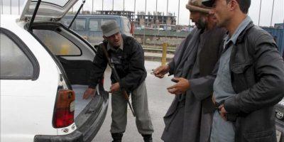 Unos miembros de las fuerzas de seguridad afganas inspeccionan un vehículo en un puesto de control, hoy en Kabul, Afganistán. EFE