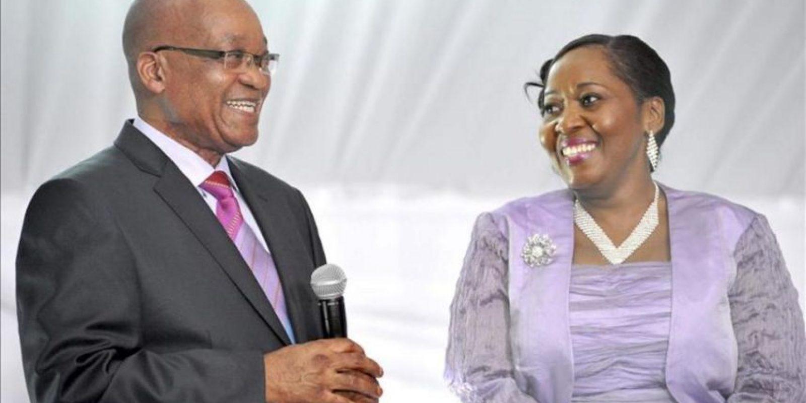 Fotografía facilitada por la oficina de prensa del Gobierno sudafricano (GCIS) del presidente sudafricano, Jacob Zuma (izq), y de su nueva esposa Bongi Ngema (dcha), durante la recepción celebrada tras la boda tradicional celebrada hoy en su localidad natal Kwanzamala (Sudáfrica). EFE