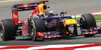 El piloto alemán de Fórmula Uno Sebastian Vettel, de Red Bull, participa en la tercera sesión de entrenamientos libres del Gran Premio de Baréin de Fórmula Uno celebrada en el circuito de Sakhir, cerca de Manama (Baréin). EFE