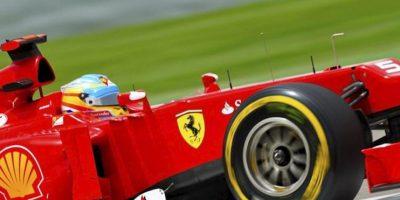 El piloto español de Fórmula Uno Fernando Alonso, de Ferrari, participa en la tercera sesión de entrenamientos libres del Gran Premio de Baréin de Fórmula Uno celebrada en el circuito de Sakhir, cerca de Manama (Baréin). EFE